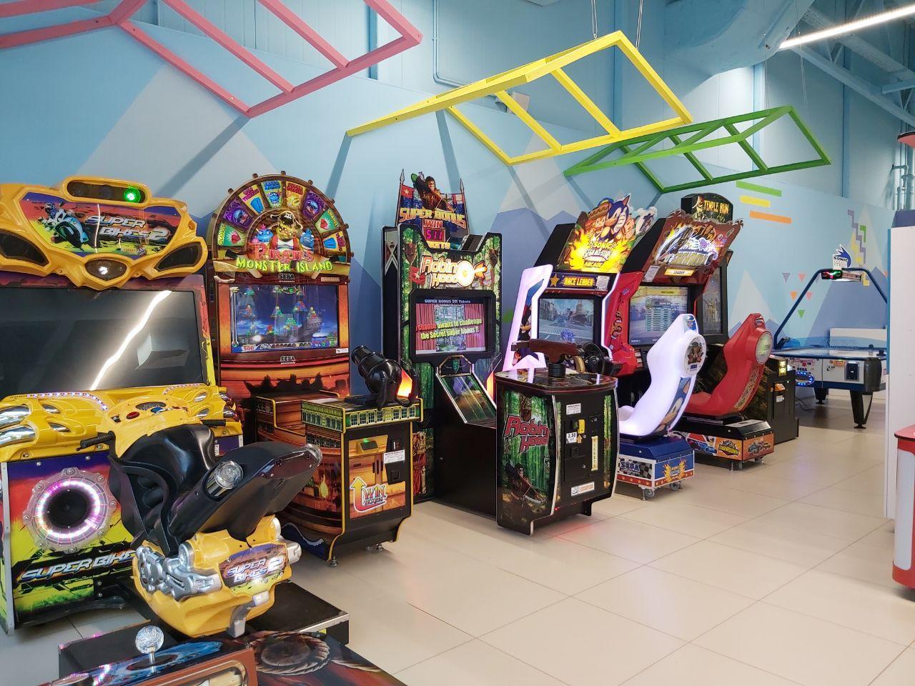 дети у игрового автомата